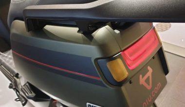 Matgroene NIU scooter met zwart en rode strepen