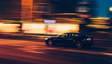 EV rijdt snel door de stad