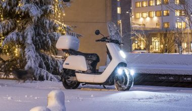 Scooter NIU en la nieve