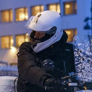 Homme portant un casque de scooter fermé