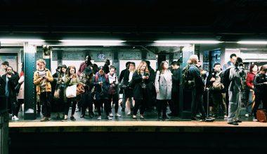 Une plate-forme de métro encombrée