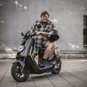 Fredrik avec son scooter NIU N-series