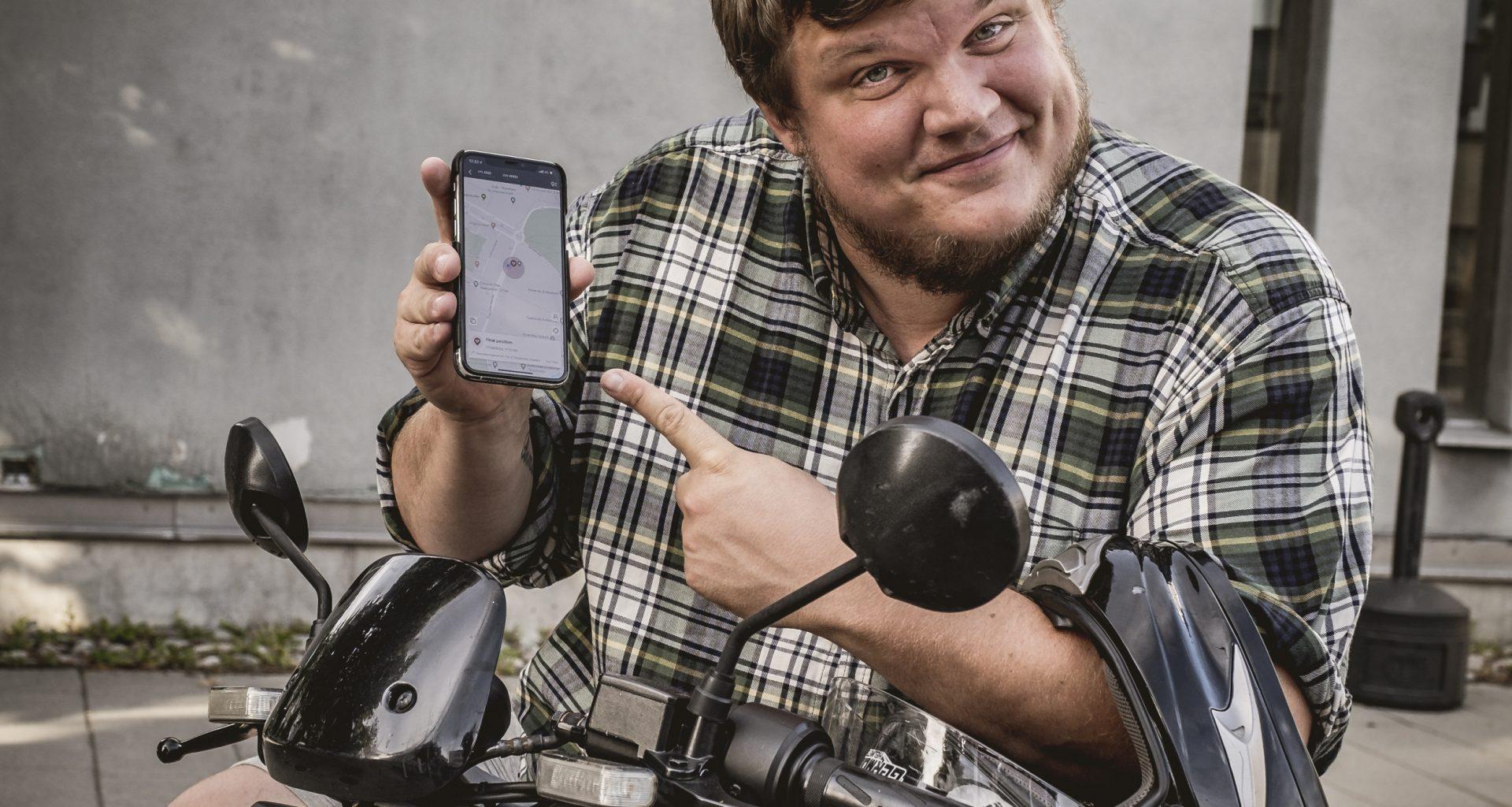 Fredrik muestra la NIU app en su teléfono