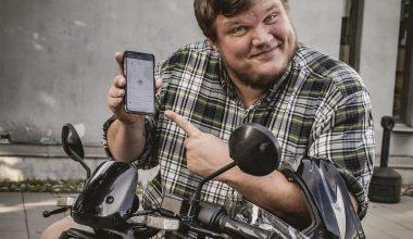 Fredrik mostra l'applicazione NIU sul suo telefono