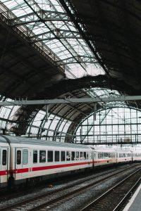 Een trein die een treinstation binnenrijdt