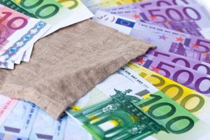 Billetes de Euro sobre una mesa