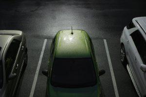 Un coche sostenible en una plaza de aparcamiento