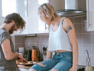 Koppel kookt samen in de keuken voor hun avond date
