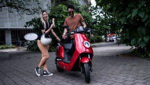 Koppel geniet van hun NIU elektrische scooter