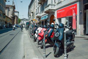 Scooters buiten bij NIU Flagship Milaan