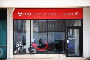Buiten bij NIU Premium Store in Hull, VK