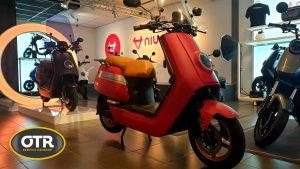 Een scooter binnen bij NIU Premium Store OTR Service