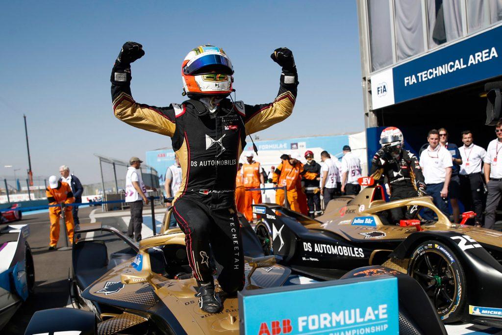 Antonio Felix da Costa viert feest bovenop zijn raceauto