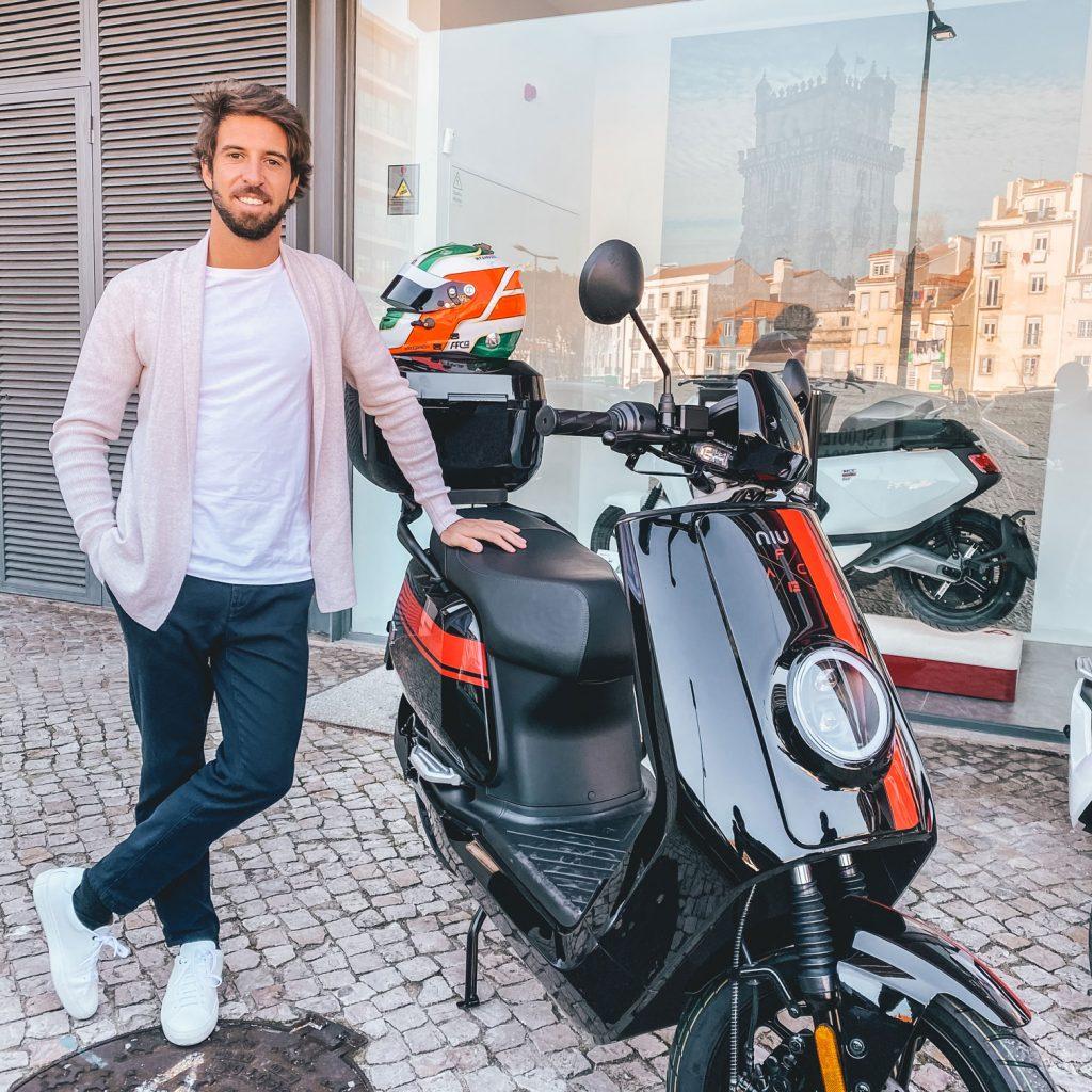 Antonio Felix da Costa staat trots naast zijn NIU scooter