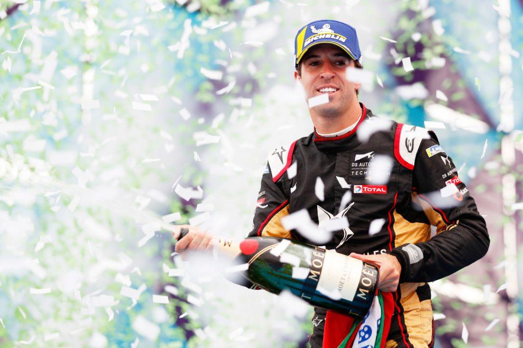 Antonio Felix da Costa viert de overwinning in een fontein van champagne