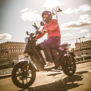 Un rider en un scooter eléctrico NIU UQi