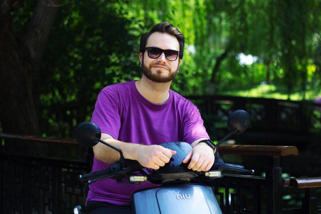 Homme sur un scooter avec la forêt en arrière-plan