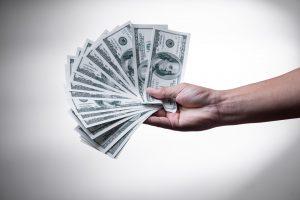 Hand heeft geld vast