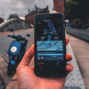 Persoon maakt gebruik van de NIU App en verbindt met zijn elektrische scooter